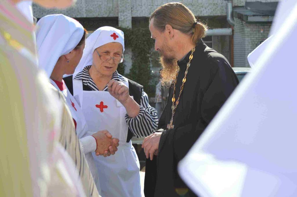 протоиерей Владимир и сестры милосердия