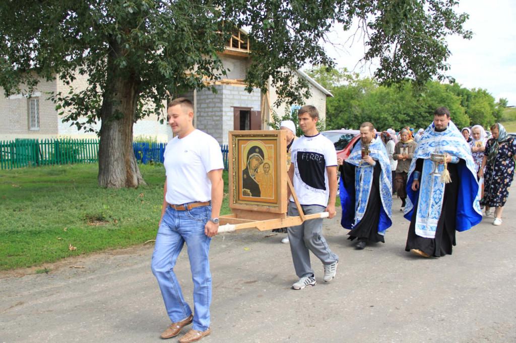 Начало Крестного хода от храма в селе Б.Раково