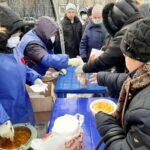 В Кургане «Экипаж милосердия» Покровского прихода накормил нуждающихся праздничным обедом
