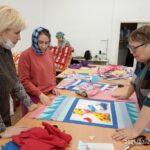 Лоскуток к лоскутку: участницы грантового проекта «Швейная мастерская «Нить добра» продолжают шить лоскутные одеяла